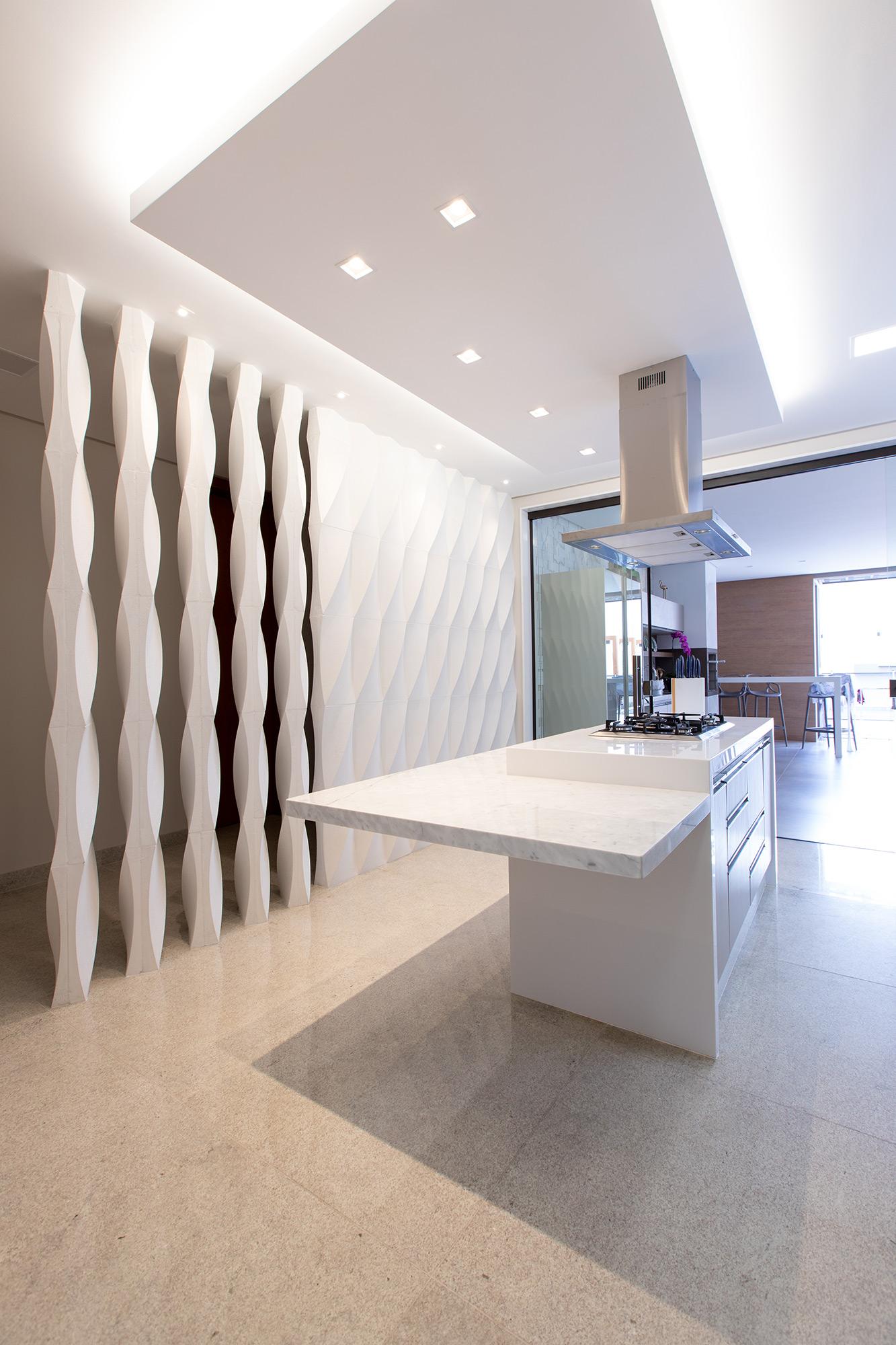 Elemento vazado e revestimento Colonna Grezzo Branco no projeto do Escritório Edifique Arquitetura. Foto Pedro Bargas