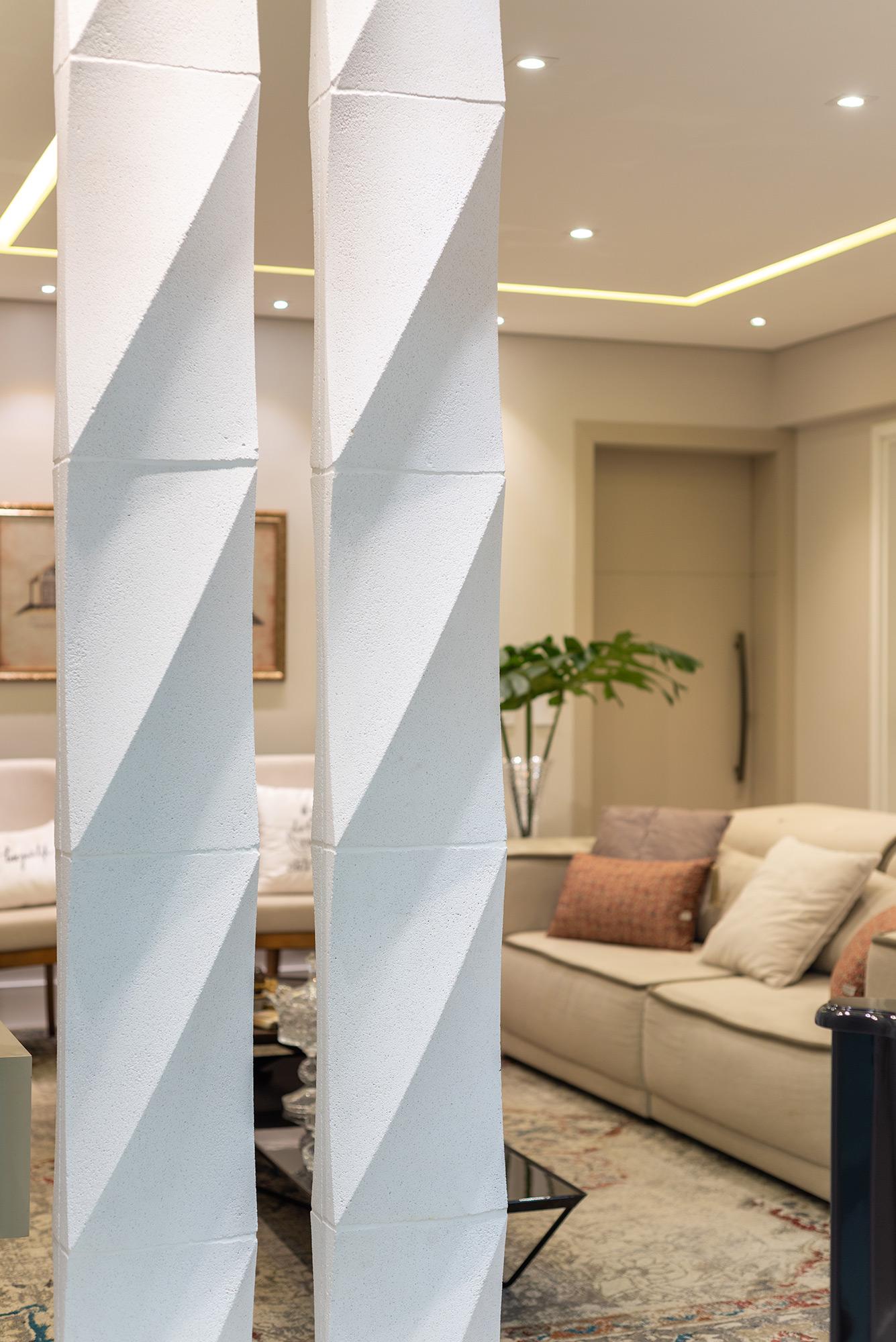 Colonna Grezzo Branco no projeto da arquiteta Heloisa Pascote. A foto é de Favaro Jr.