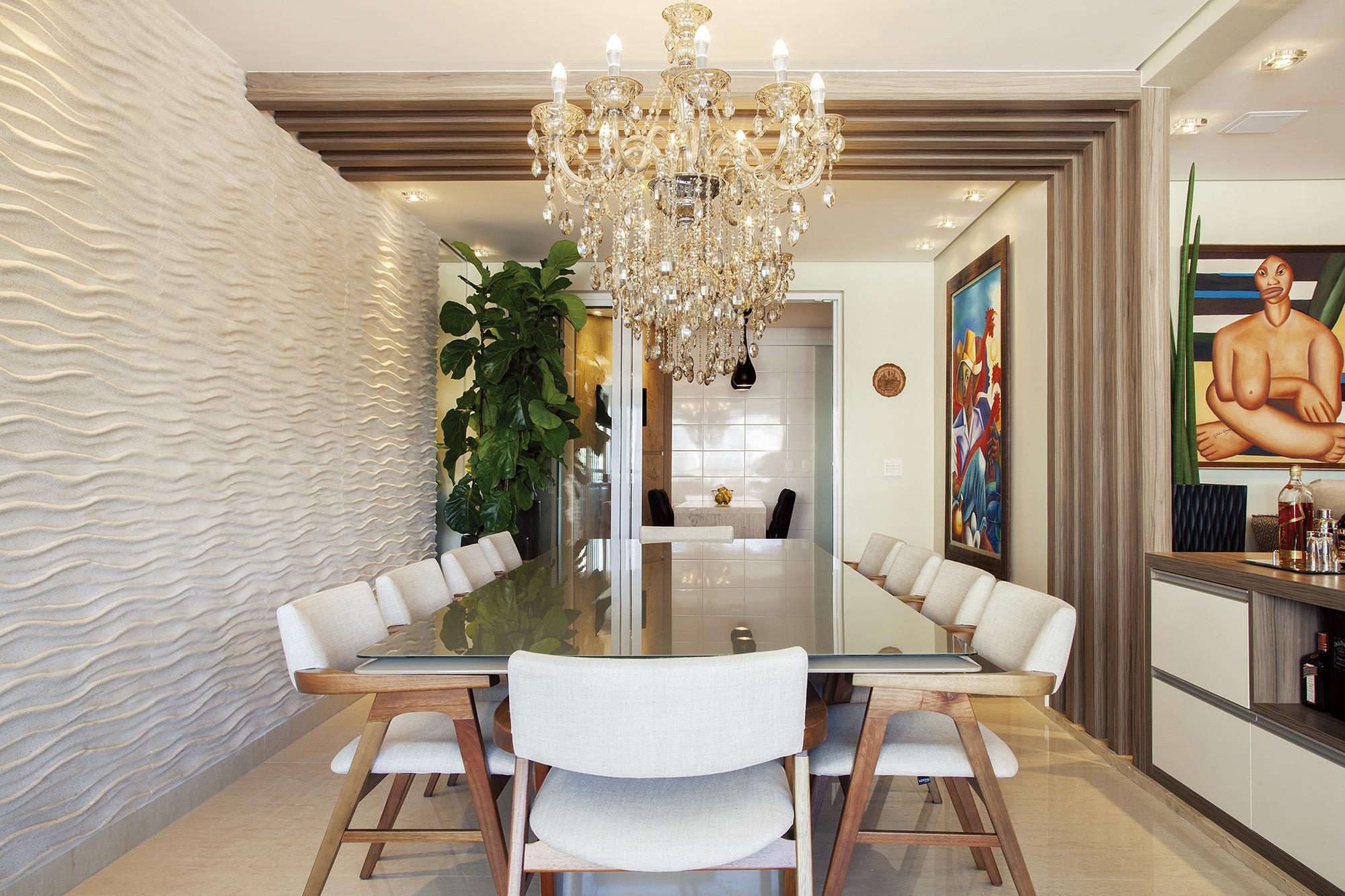 Sala de jantar com revestimento Duna Crystalli Fino Areia. Projeto da Arquiteta Teresa Simões. Foto Vilhora